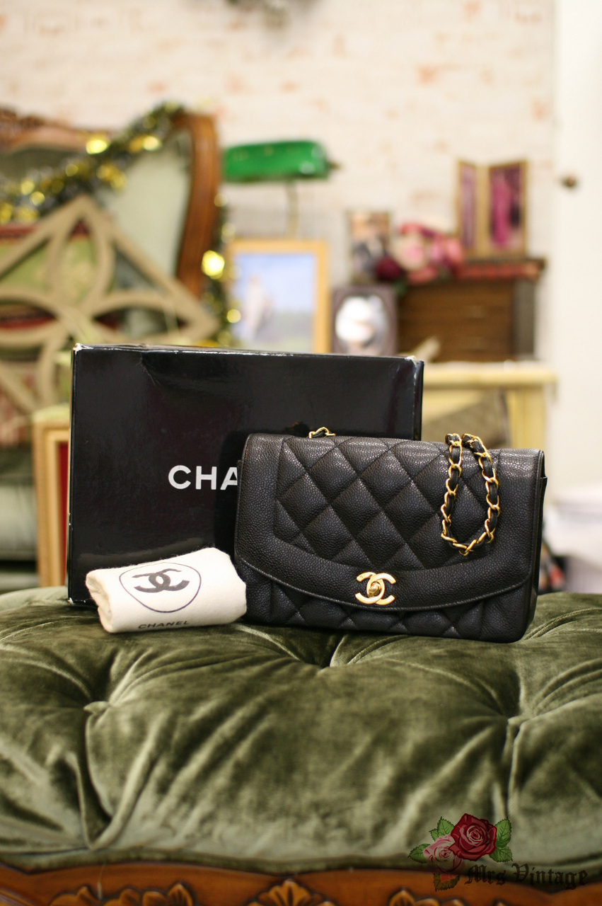 be5d6239b05e72 Vintage Chanel Black Caviar Quilted Leather Diana Bag Gold Chain CC ...