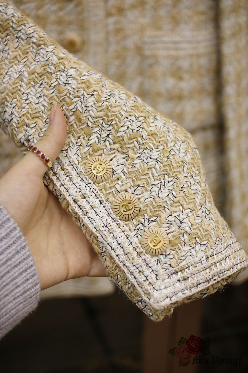 2bb3bb14b9e48b Vintage Chanel Beige and white Chanel Tweed Jacket FR40 1993 - Mrs ...